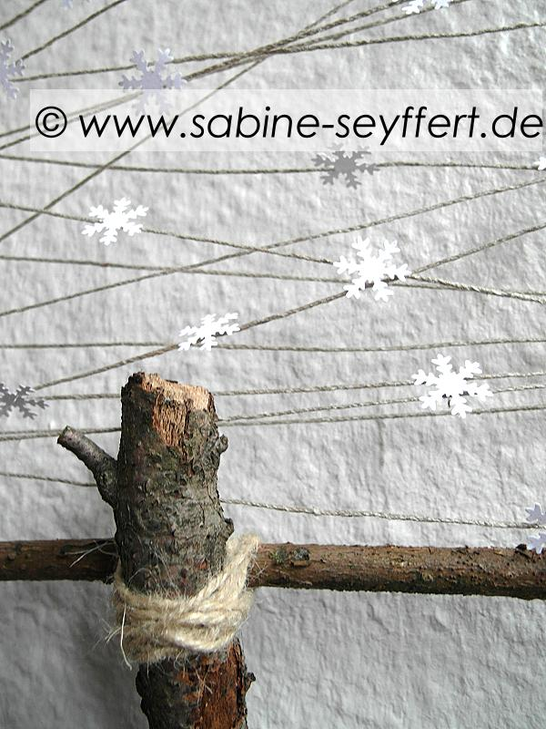 diy winterliches upcycling ein baum mit schneeflocken als deko f r wand fenster blog. Black Bedroom Furniture Sets. Home Design Ideas
