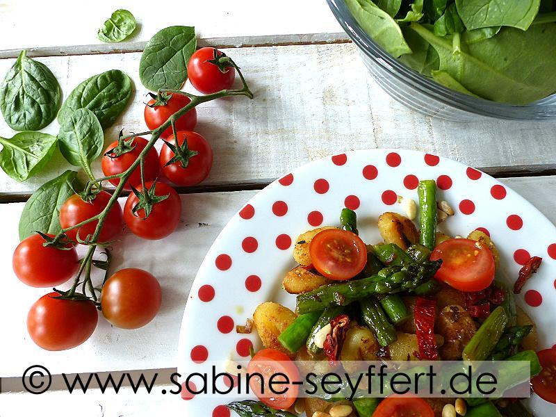 sommerk che vegetarisches rezept aus der pfanne gnocchi mit frischem spargel tomaten. Black Bedroom Furniture Sets. Home Design Ideas