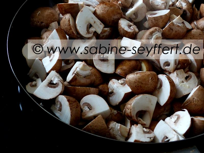 dann wrzt man die pilzpfanne mit pfeffer salz und paprika und giet einen schuss sojasoe darber alles gut wenden und dann mit den fertig gekochten - Wie Man Einen Kaffeetisch Fr Den Herbst Schmckt